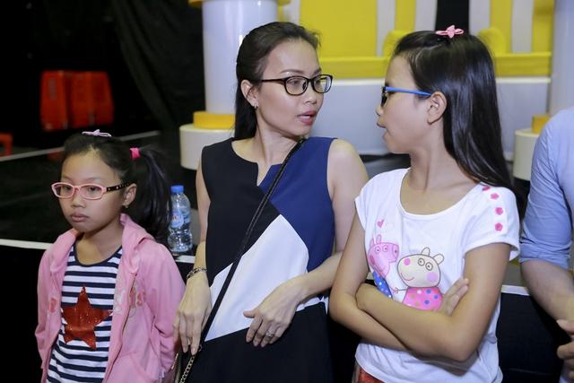 Cũng có đôi lúc, cả ba mẹ con cùng bàn luận về tiết mục của các thí sinh trên sân khấu.
