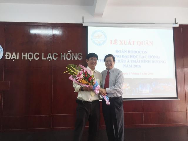 Tiến sĩ Lâm Thành Hiển - Phó hiệu trưởng thường trực, Trưởng Ban phụ trách Robocon Lạc Hồng (trái) và Hiệu trưởng Nguyễn Hữu Tài (phải) - Ảnh: Bá Thuận