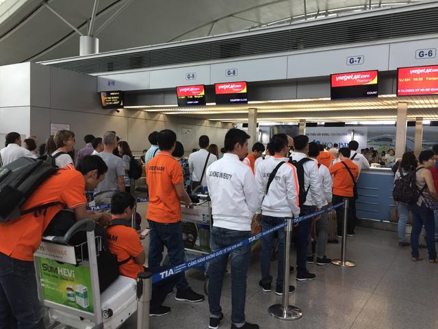 Đoàn Robocon Đại học Lạc Hồng làm thủ tục tại sân bay Tân Sơn Nhất (Ảnh: Bá Thuận)
