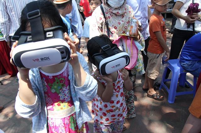 Tham gia trải nghiệm thực tế ảo là hoạt động thu hút sự quan tâm của rất nhiều bạn nhỏ