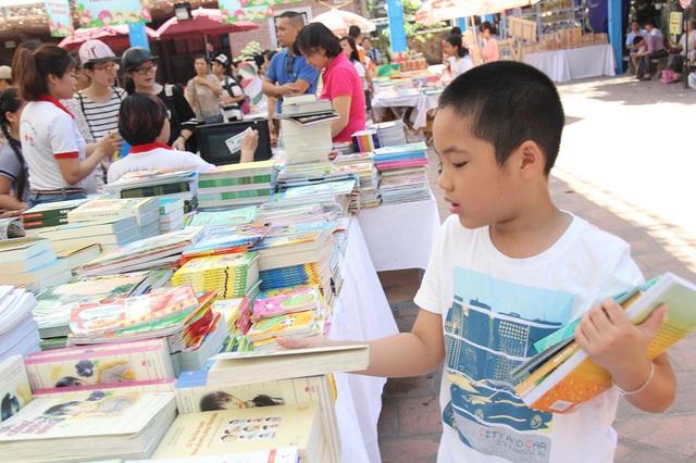 Một bạn nhỏ đã lựa chọn được khá nhiều sách và truyện tranh trong Hội sách