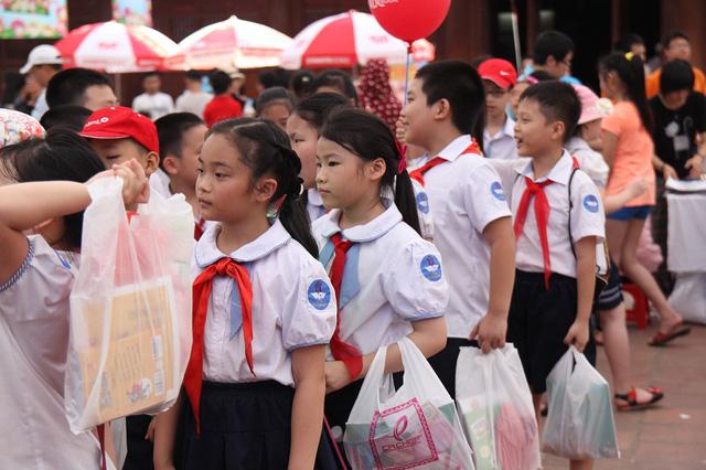 Không chỉ được phụ huynh đưa tới Hội sách, nhiều em còn được đi theo lớp để mua sách và tham gia nhiều hoạt động thú vị