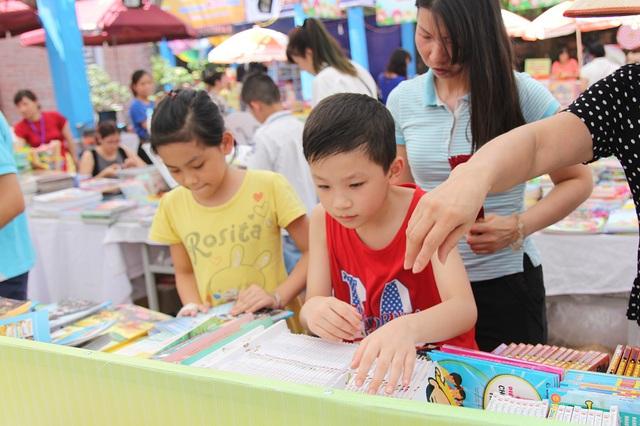 Ngoài việc mua sách, độc giả nhí Thủ đô còn được trao đổi kiến thức, hướng dẫn kỹ năng đọc sách, kỹ năng thực hành theo sách khi tham gia hoạt động đọc sách cho trẻ em