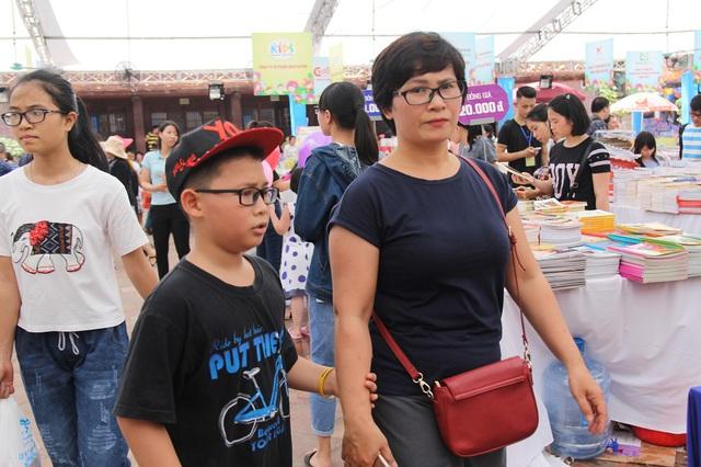 Mặc dù thời tiết khá oi nóng, nhiều em nhỏ vẫn được bố mẹ đưa tới Hội sách để tham quan và hòa mình vào văn hóa đọc