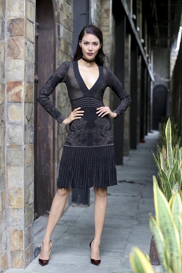 Trong khi đó, Lan Khuê duy trì hình ảnh sang trọng, quý phái và không kém phần quyến rũ. Ở tập 2, cô chọn bộ váy ôm sát, chất liệu co giãn, cùng họa tiết in chìm tinh tế. Thiết kế vừa vặn với thân hình mảnh dẻ của người đẹp.