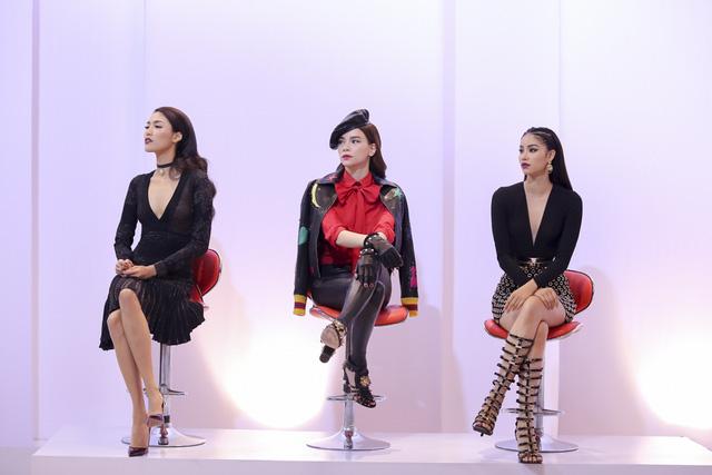 Ba nữ giám khảo của chương trình đều sở hữu gu thẩm mỹ ổn định và tạo được phong cách riêng khi xuất hiện ở mỗi tập. Tập 2 The Face phát sóng tối 25/6 cho thấy hình ảnh tinh tế, sang trọng của bộ ba Hồ Ngọc Hà - Phạm Hương - Lan Khuê.