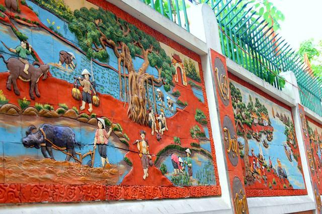 Các bức tranh được thiết kế với màu nâu đỏ làm chủ đạo trên nền tường màu trắng, rất nổi bật và bắt mắt