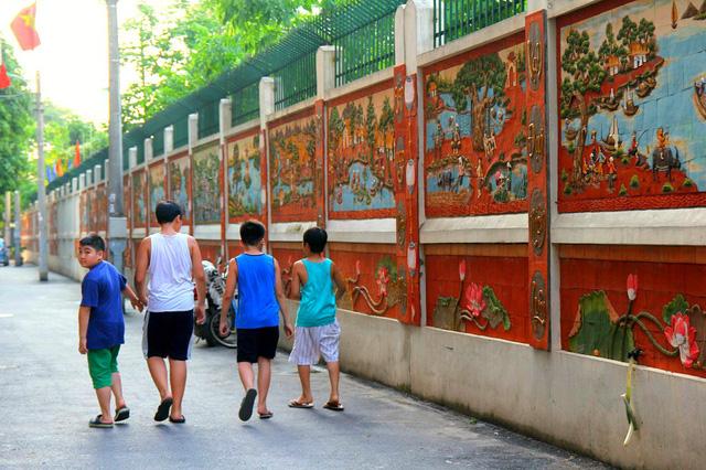Con đường trở nên thoáng đãng, sạch sẽ và không bị dán những mẫu quảng cáo lên tường từ sau khi những bức tranh gốm được dựng lên