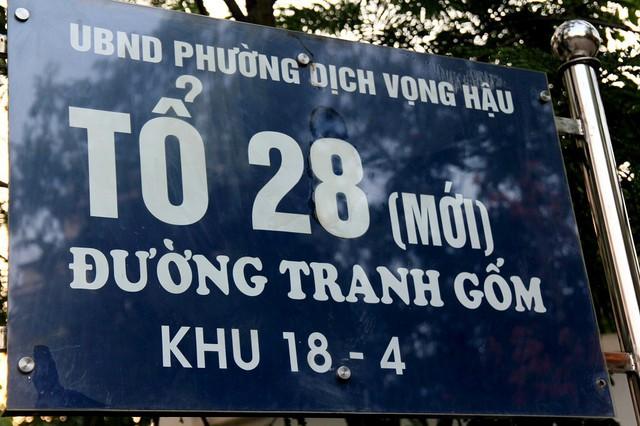 Con đường tranh gốm nằm ở Tổ dân phố 28 (ngõ 78 Duy Tân - Cầu Giấy, Hà Nội), ngay sát trường THCS Dịch Vọng Hậu