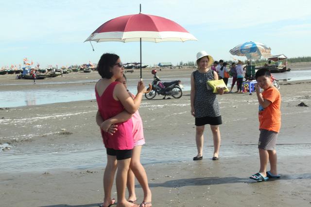 Tục tắm biển trong ngày Tết Đoan ngọ 5/5 Âm lịch được duy trì tại nhiều địa phương ven biển. Theo phong tục, mọi người phải ra tắm biển vào khoảng thời gian giữa trưa.