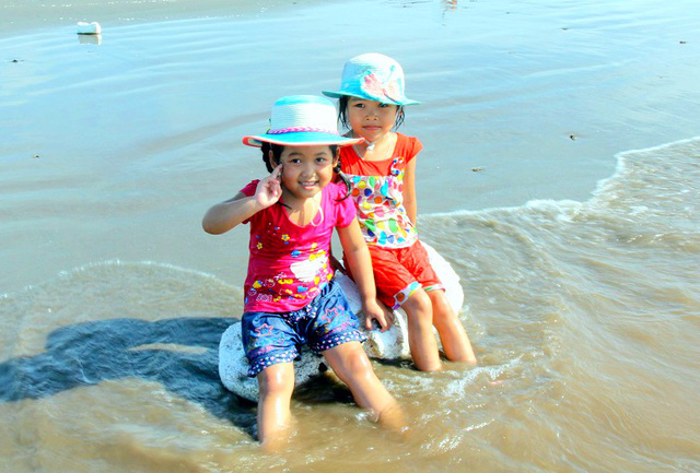 Người dân nhiều địa phương quan niệm, vào giờ Ngọ (12 giờ trưa) tết Đoan ngọ, nước biển sẽ cuốn đi những xui xẻo, phiền toái và mang lại điều tốt lành