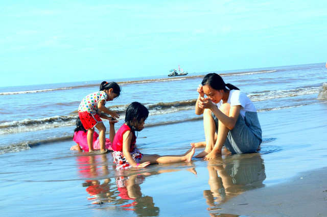 Theo dân gian, trong ngày Tết Đoan Ngọ, người dân miền núi thường lên rừng hái thuốc để chữa bệnh, còn người dân vùng biển thì tắm biển để cầu may mắn, sức khỏe trong suốt cả năm
