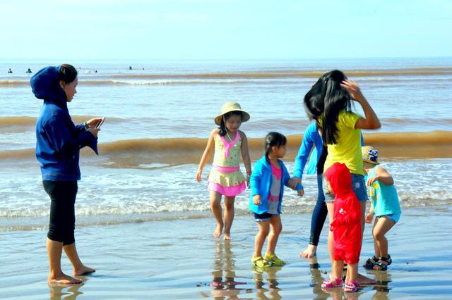 Tuy nhiên, do thời tiết nắng nóng, ngày từ mờ sáng ngày Tết Đoan ngọ, mọi người đã đổ ra biển tắm và vui chơi