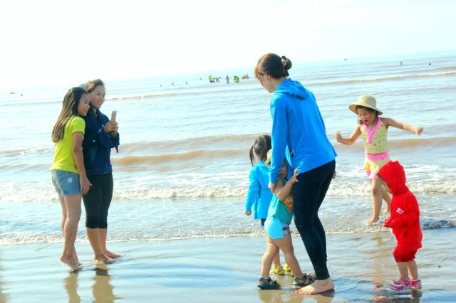 Rất nhiều gia đình đã cho các em nhỏ ra tắm biển để diệt sâu bọ trong ngày tết nhằm phòng ngừa các bệnh về da hay rôm sảy ở trẻ