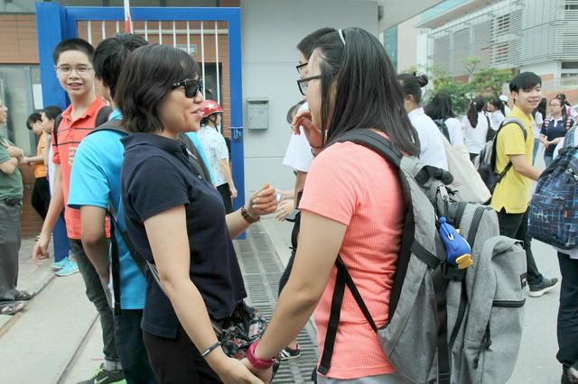 Nhiều phụ huynh cũng vào tận sân trường để đón và hỏi han quá trình làm bài thi của con em mình