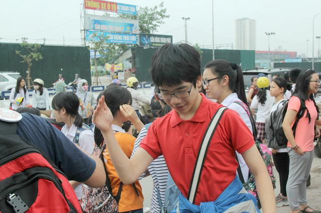 Một thí sinh nam khá phấn khích sau khi ra khỏi cổng trường