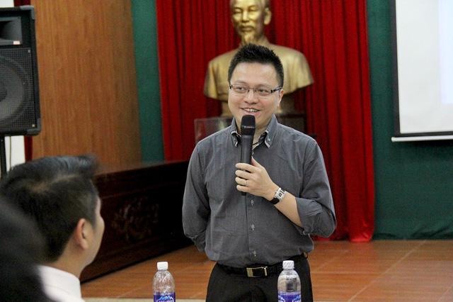 Nhà báo Lê Quốc Minh - Tổng biên tập tờ báo VietnamPlus chia sẻ với các phóng viên trẻ về xu hướng phát triển của báo chí hiện đại