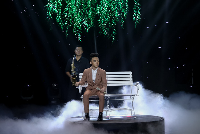 Thí sinh nhỏ tuổi nhất chương trình - Ngô Trung Quang - tiếp tục khoe giọng với bài hát Rồi mai tôi đưa em.