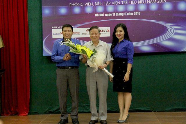 Đại diện Đoàn Thanh niên cơ quan Trung ương Đoàn tặng hoa lưu niệm cho nhà báo Hà Đăng như một lời tri ân sâu sắc của thế hệ làm báo trẻ đối với cây bút lão thành của báo chí cách mạng Việt Nam