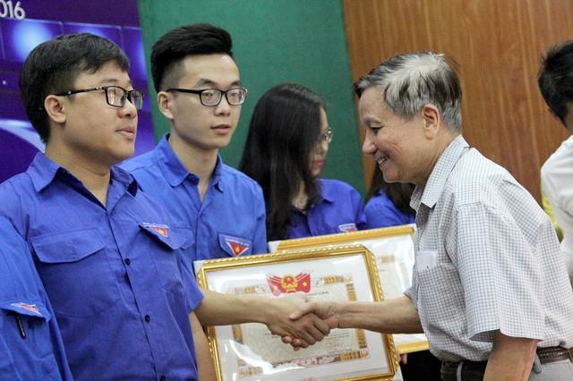 Nhà báo lão thành Hà Đăng - Nguyên Tổng biên tập Báo Nhân dân, Nguyên Tổng biên tập Tạp chí Cộng sản trao bằng khen cho các phóng viên, biên tập viên trẻ được vinh danh