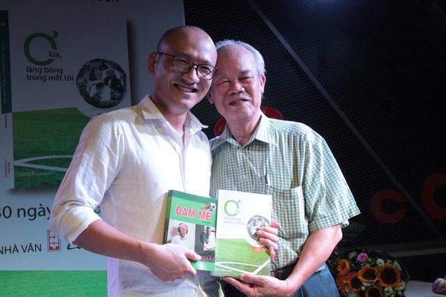 Bình luận viên bóng đá gạo cội Đình Khải có mặt trong buổi ra mắt sách. Ông cũng tặng lại nhà báo Phan Đăng cuốn sách mình tâm đắc.