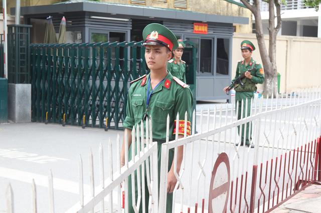 Cổng trường Học viện Kỹ thuật Quân sự trước giờ thí sinh hoàn thành bài thi