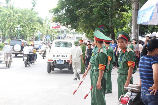 Đội tình nguyện viên của Học viện Kỹ thuật Quân sự tích cực phân luồng, hạn chế ùn tắc giao thông tại khu vực thi