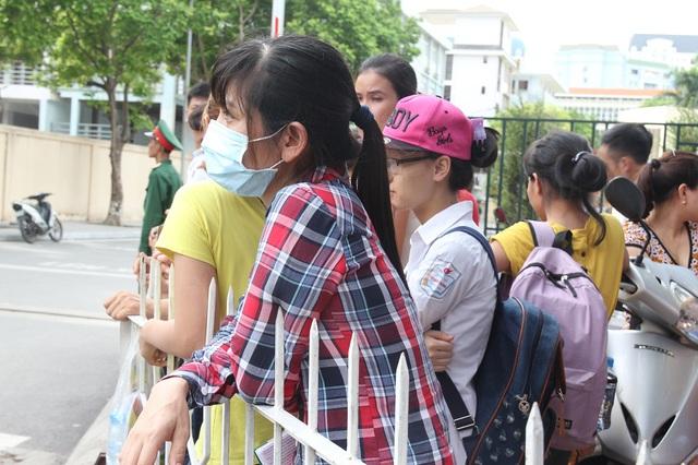 Phụ huynh tập trung đông ngay sát cổng trường chờ đón con em mình