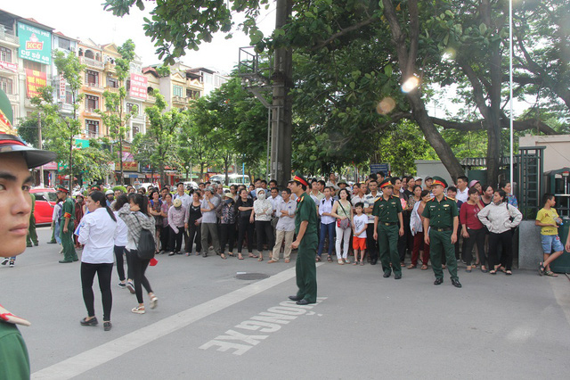 Những thí sinh ra khỏi phòng thi đầu tiên tại Học viện Kỹ thuật Quân sự, người nhà thí sinh đứng tràn ra lề đường, mỏi mắt chờ đón thí sinh sau buổi thi thứ 2