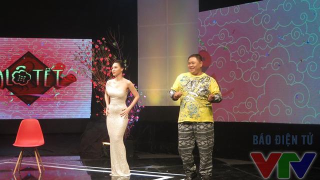 Nhưng ngay sau đó, cô đã được nghệ sĩ hài Minh Béo - người từng tham gia Bước nhảy hoàn vũ hướng dẫn một số động tác cơ bản. Cả hai đã có phần trình diễn đẹp mắt mở đầu chương trình Alo Tết.