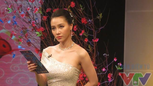 Sau khi nghe đạo diễn yêu cầu mình sẽ phải nhảy trong chương trình, MC Minh Hà tỏ ra hơi lo lắng vì rất lâu rồi cô không tập nhảy.