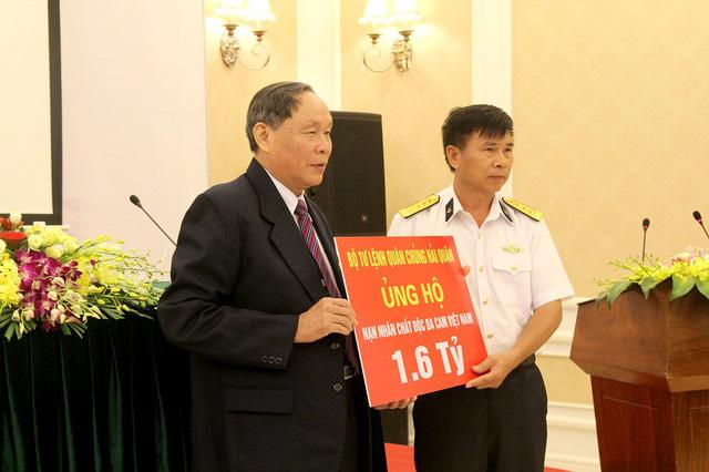Đại diện Bộ tư lệnh Hải quân trao tặng số tiền 1,6 tỉ đồng đến các nạn nhân da cam thông qua Trung ương Hội