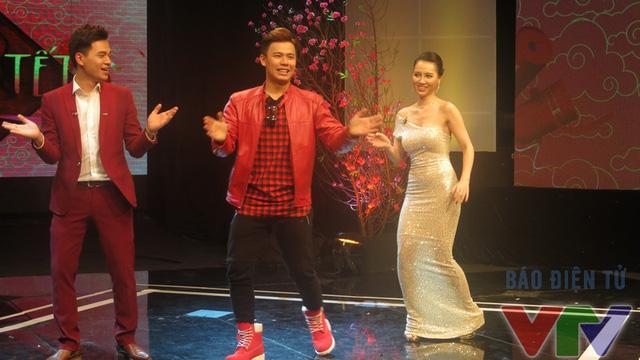 Anh Huy - vũ công chuyên nghiệp từng hướng dẫn các thí sinh trong chương trình Bước nhảy ngàn cân nhảy cùng hai MC của chương trình.