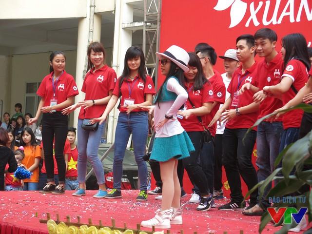 Bé Cao Lê Hà Trang (thí sinh Giọng hát Việt nhí 2015) mang đến chương trình những tiết mục sôi động.