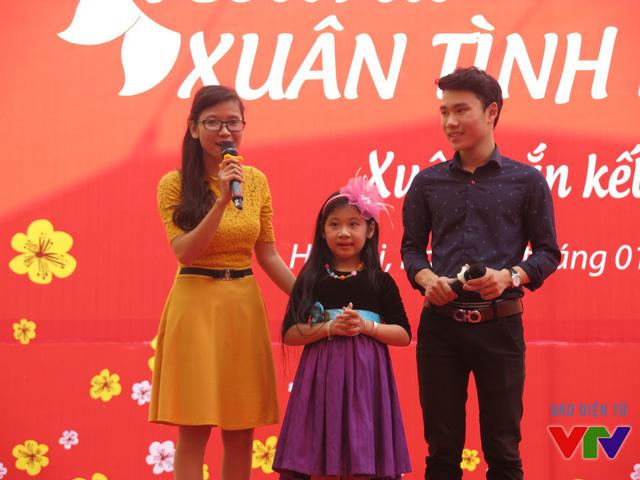 Cô bé sở hữu chất giọng ngọt ngào từ chương trình Đồ Rê Mí 2015 - Ngọc Giàu mang đến chương trình những ca khúc ngọt ngào, vui tươi.