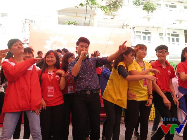 Ca sĩ Việt Tú là gương mặt quen thuộc với các bạn sinh viên trong mỗi chương trình hiến máu.
