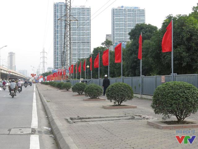 Những lá cờ Đảng đã được cắm dọc hai bên tuyến đường Phạm Hùng.