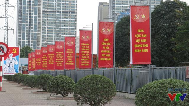 Những tấm banner có khẩu hiện Đảng Cộng sản Việt Nam muôn năm hay Nước Cộng hòa Xã hội chủ nghĩa Việt Nam muôn năm... cũng được treo khắp tuyến đường.