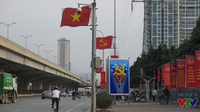 Lá cờ Tổ quốc, cờ đỏ búa liềm đã được treo từ nhiều ngày trước.