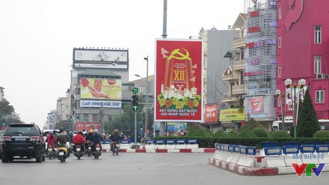 Tấm áp phích lớn chào mừng Đại hội Đảng được treo tại đường Tôn Đức Thắng.