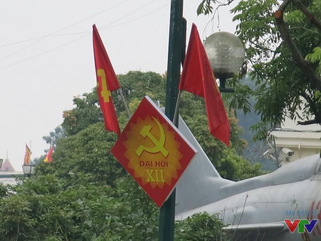 Dọc các tuyến đường như Điện Biên Phủ, Hoàng Diệu, Tràng Tiền..., những lá cờ cũng đã được treo lên.