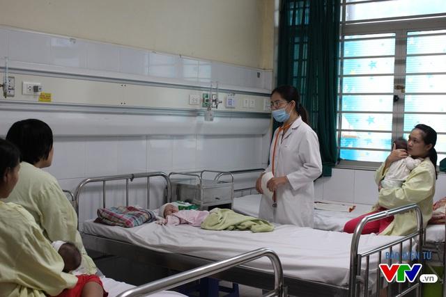 Bác sĩ tại Bệnh viện Nhi Trung ương khám cho trẻ mắc ho gà.