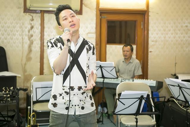 Nam ca sĩ Con cò nhập tâm vào phần trình diễn của mình.