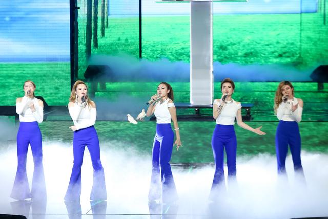 5 cô gái xinh đẹp của nhóm SGirl mở màn cho đêm liveshow 4 với ca khúc Trở về. Khác với phong cách gợi cảm, bốc lửa thường thấy, SGirl đã thay đổi phong cách để trở nên dịu dàng hơn.