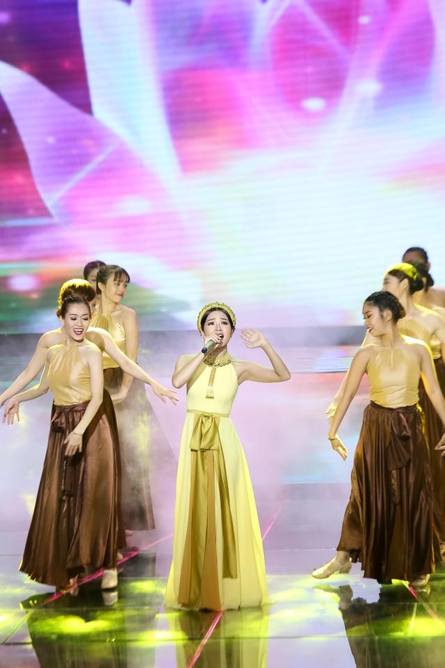Thanh Thảo tiếp nối chương trình bằng ca khúc Giấc mơ trưa. Cô gái xinh đẹp này đã khéo léo làm mới bài hát Giấc mơ trưa quen thuộc bằng cách hát opera ấn tượng.