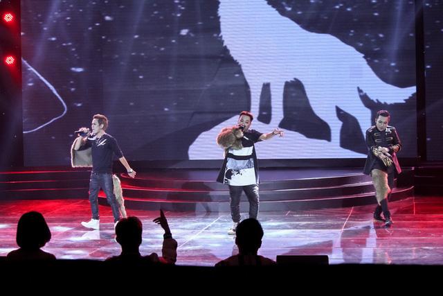 Ba chàng trai nhóm F.O.E trình diễn ca khúc Con sói cô đơn.
