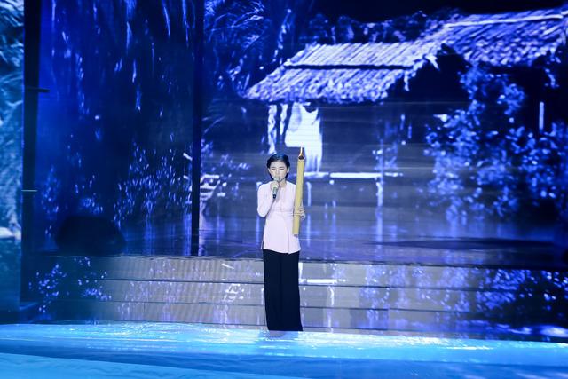 Nữ thí sinh được yêu thích nhất Nhân tố bí ẩn – Minh Như quay lại sân khấu Nhân tố bí ẩn bằng ca khúc Chị đi tìm em.