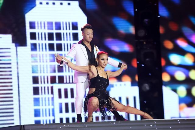 Adam gây bất ngờ cho khán giả và 4 vị giám khảo khi xuất hiện trên sân khấu với liên khúc Đông – Monalisa đầy sôi động.