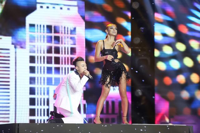 Điều đặc biệt hơn, Mai Ngô – cô gái đang gây bão tại The Face đã góp mặt trong tiết mục này với vai trò vũ công hỗ trợ cho Adam.
