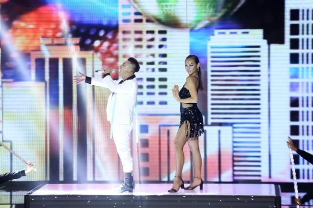 Sự kết hợp ăn ý của Quỳnh Mai – Adam trong loạt vũ đạo bắt mắt đã khiến khán giả có mặt trong trường quay phải hú hét, cổ vũ liên tục.